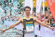 Triathlet Matthias Graute rennt beim 3. Vivawest-Marathon allen davon