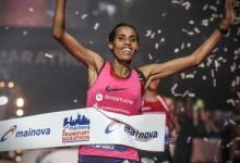 Mark Korir triumphiert beim 35. Mainova Frankfurt Marathon / Fate Tola Gesamtzweite