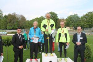 Siegerehrung der M 70: v.l.n.r.: 2.Dieter Kollhammer (Marathonia Berlin), 1.Wolfgang Nehring (VfL Ostelsheim) und 3. Edmund Schlenker (VfL Ostelsheim)