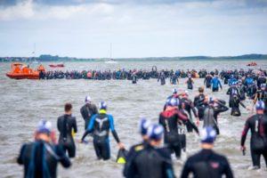 Die Inselschwimmer vor dem Start in Hilgenriedersiel