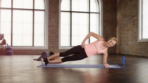 Mit der Side Plank trainiert man die seitliche Bauchmuskulatur – und zwar immer die Seite, die Richtung Boden zeigt.
