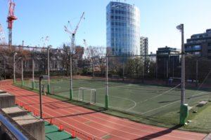 Dieser Nebenplatz am Olympiastadion dient den Leichtathleten vermutlich als Einlaufplatz
