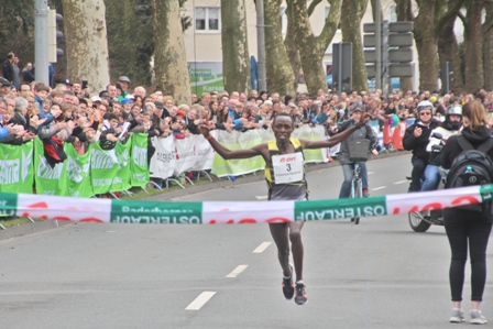 Weltjahresbestzeit und Streckenrekord beim 72. Paderborner Osterlauf