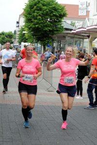Gute Stimmung bei den Läuferinnen in der Auricher City - Foto: pulsschlag